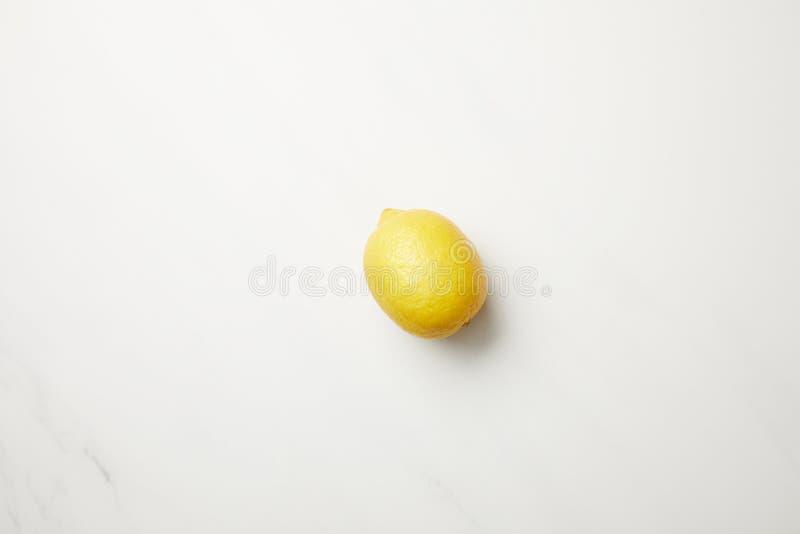 Agrios amarillos maduros del limón aislados en blanco imagen de archivo