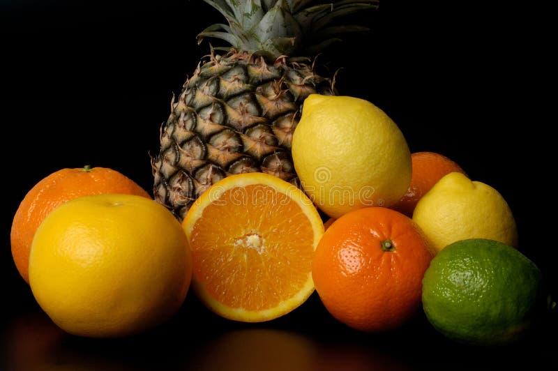 Agrios, diversas frutas con el fondo negro fotografía de archivo libre de regalías