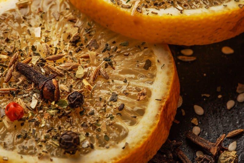 Agrios y especias aromáticas foto de archivo libre de regalías