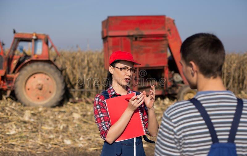 Agrnomist y granjero de la mujer en el campo imagen de archivo