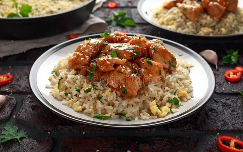 Agrodolce piccante del pollo arancio con il riso delle uova fritte fotografie stock libere da diritti