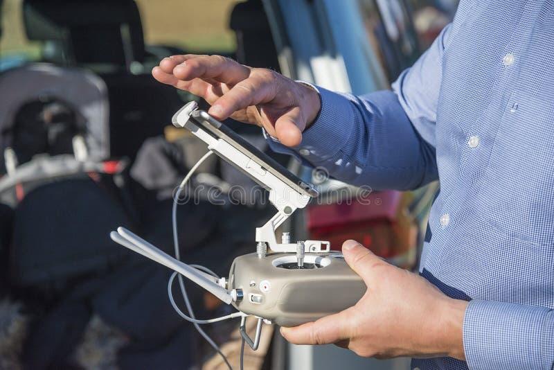 Agronomo dell'ingegnere che consuma il raccolto del monitor della fine del fuco immagini stock