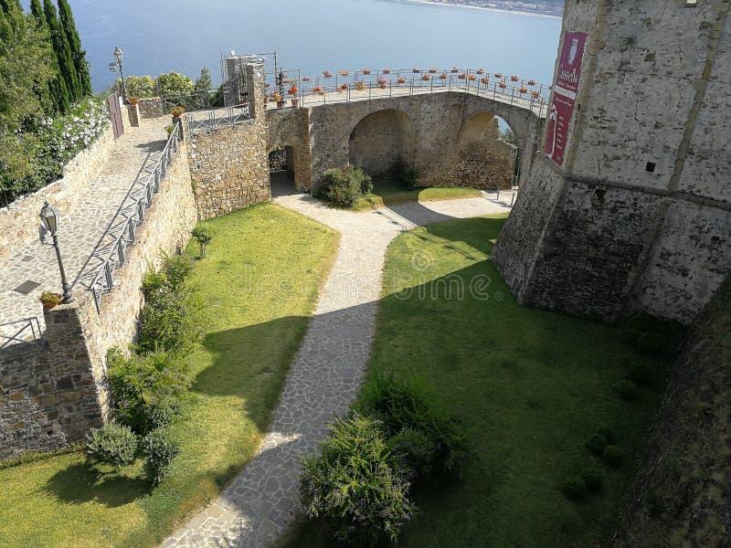Agropoli - Gracht van het Aragonese-kasteel stock afbeeldingen