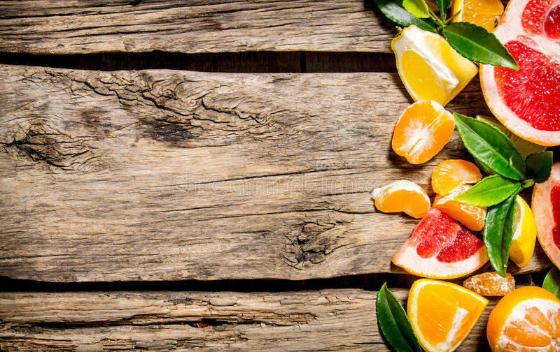 Agrume découpé en tranches - pamplemousse, orange, mandarine, citron, chaux avec des feuilles photographie stock libre de droits