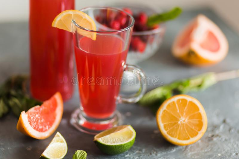 Agrume et limonade sur la table en ?t? photo stock