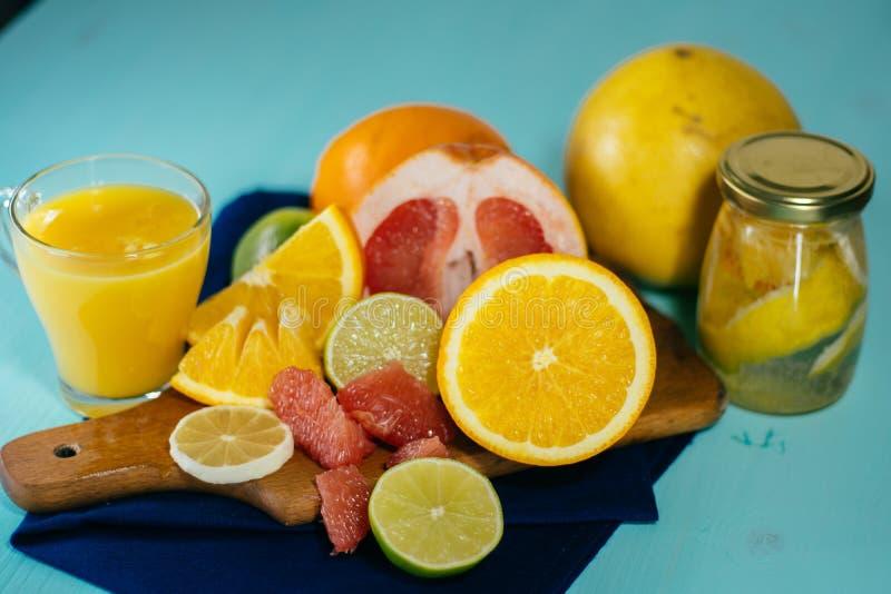 Agrume, oranges, citrons, chaux, pamplemousse, pamplemousse sur le vintage BO photos stock