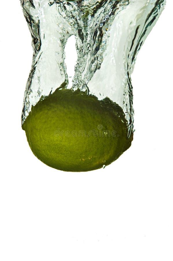Agrumi della calce in acqua immagini stock libere da diritti