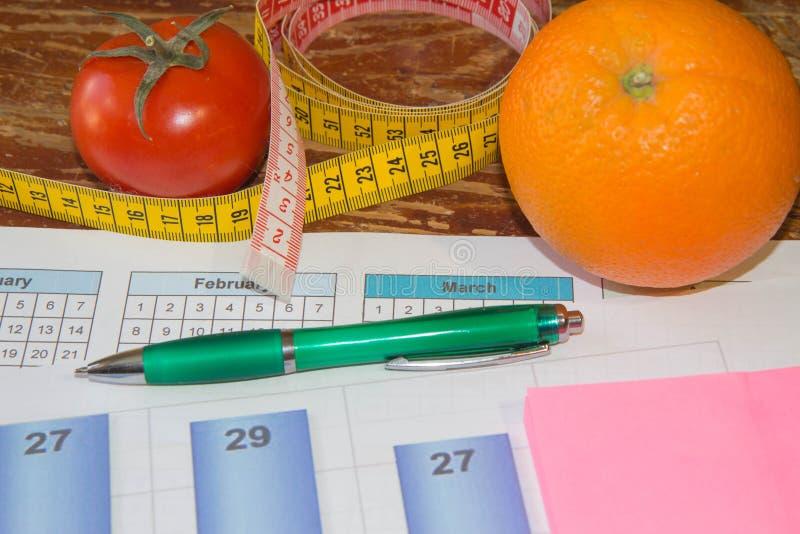 Agrumi, pomodoro Misuri il nastro e la frutta fresca nei precedenti Dieta sana di stile di vita con la frutta fresca fotografia stock