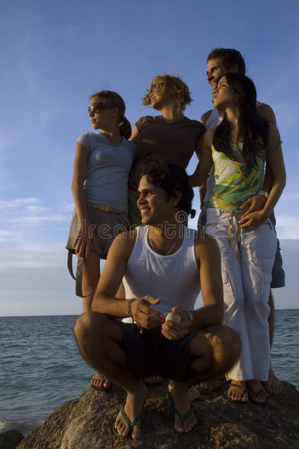 Agrupe amigos na praia foto de stock royalty free