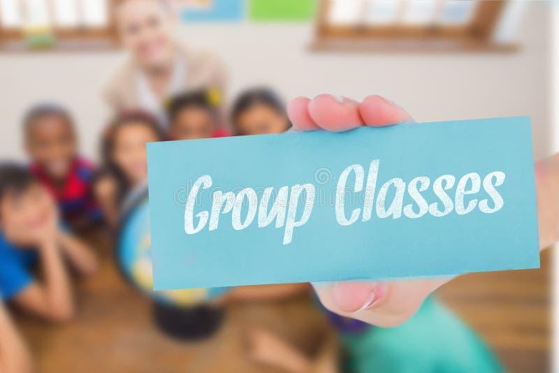 Agrupe classes contra os alunos bonitos e o professor na sala de aula com globo fotografia de stock royalty free
