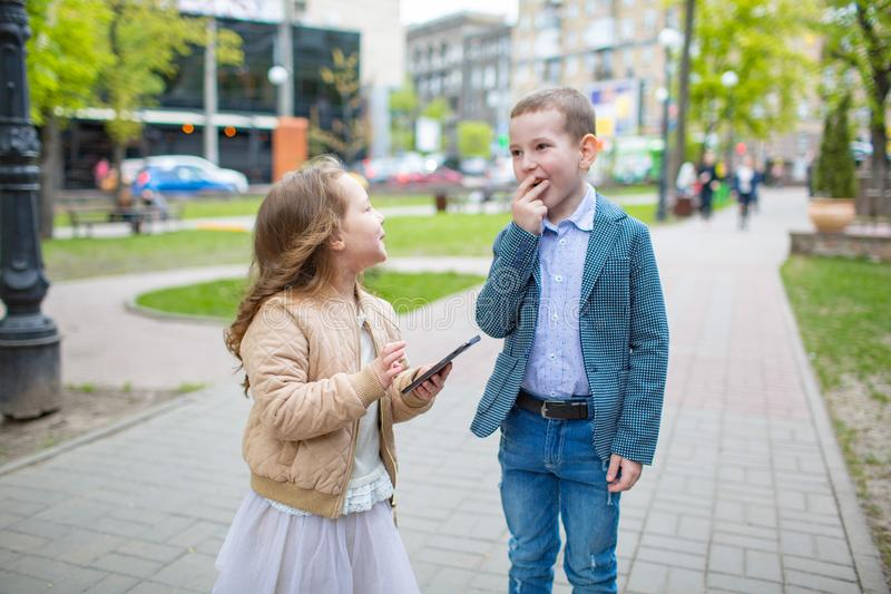 Agrupe el retrato de dos niños divertidos adorables lindos caucásicos blancos que hablan la sonrisa Concepto de la diversión de l fotos de archivo libres de regalías