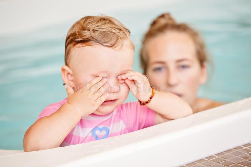 Agrupe el retrato de la hija caucásica blanca de la madre y del niño que juega en el salto del agua en piscina imagenes de archivo