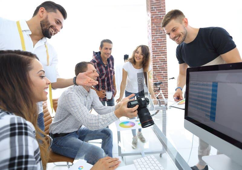 Agrupe a foto dos editores que trabalham em um escritório moderno fotos de stock royalty free