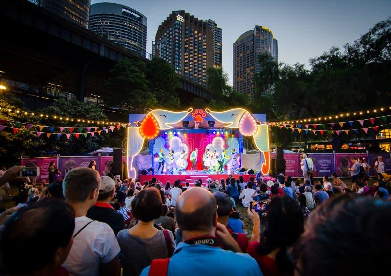 Agrupe la danza que se realiza en la etapa por Año Nuevo chino y que celebra el año de perro en las rocas, Sydney foto de archivo