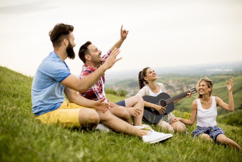 Agrupe a la gente joven del od que se divierte en un viaje en naturaleza fotos de archivo libres de regalías