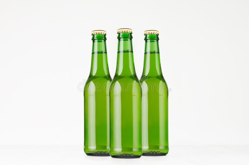 Agrupe las botellas de cerveza verdes del longneck 330ml, mofa para arriba foto de archivo