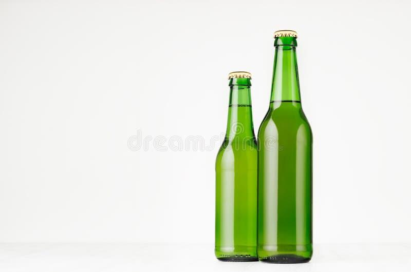 Agrupe las botellas de cerveza verdes del longneck 330ml, mofa para arriba fotos de archivo