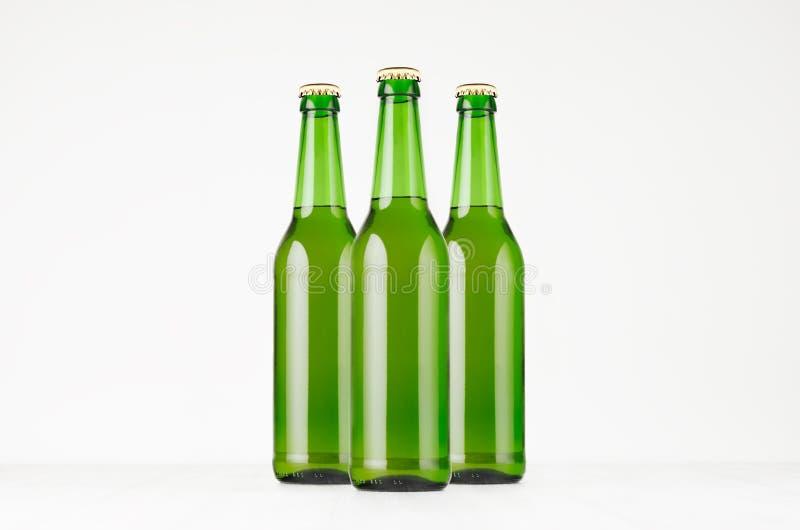 Agrupe las botellas de cerveza verdes del longneck 500ml, mofa para arriba Plantilla para hacer publicidad, diseño, identidad de  fotos de archivo