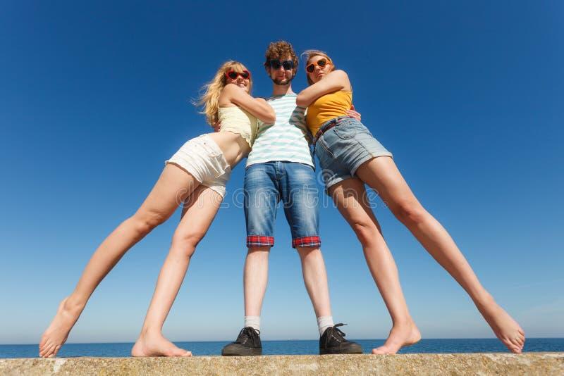 Agrupe a las muchachas del muchacho dos de los amigos que se divierten al aire libre foto de archivo libre de regalías
