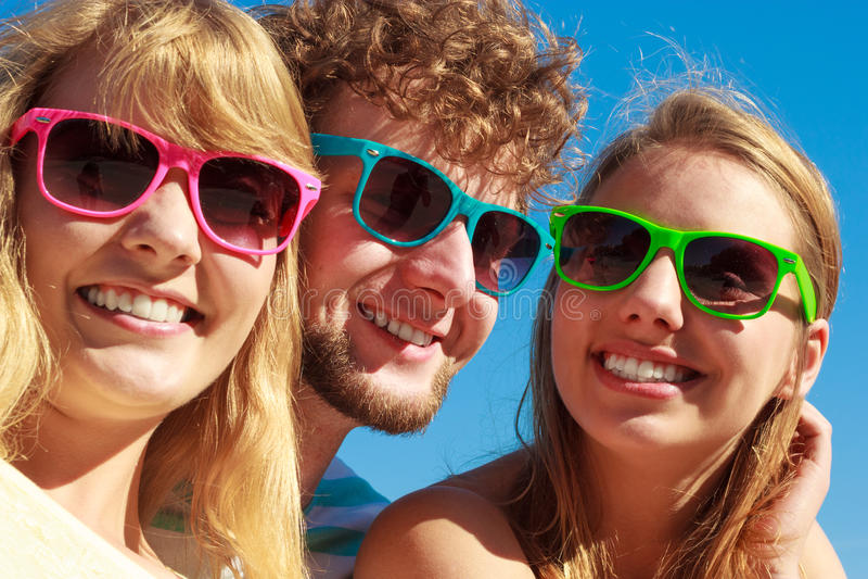 Agrupe a las muchachas del muchacho dos de los amigos que se divierten al aire libre fotos de archivo libres de regalías