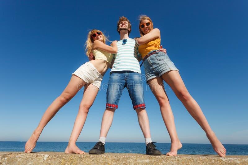 Agrupe a las muchachas del muchacho dos de los amigos que se divierten al aire libre imágenes de archivo libres de regalías