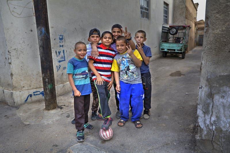 Agrupe a los adolescentes del patio que presentan para el fotógrafo, Shiraz, I foto de archivo