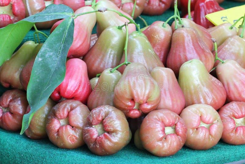 Agrupe a maçã cor-de-rosa orgânica fresca multicolorido do close-up com a folha verde no mercado de produto fresco imagens de stock