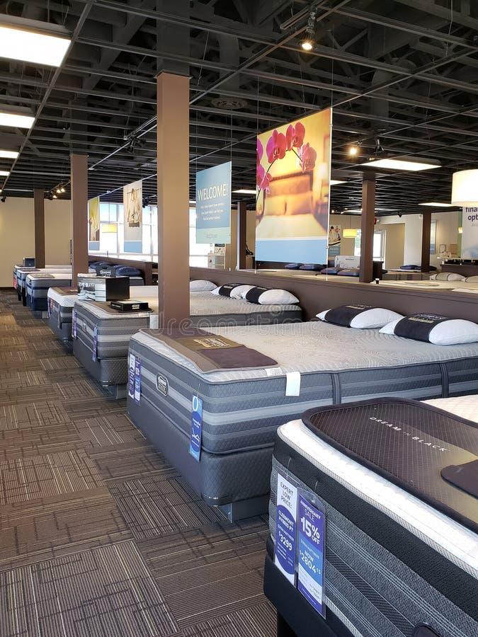 Agrupe o colchão na cama para a venda na loja dos peritos do sono foto de stock royalty free