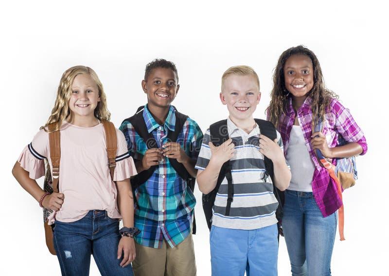 Agrupe o retrato das crianças pre-adolescentes da escola que sorriem em um fundo branco foto de stock royalty free
