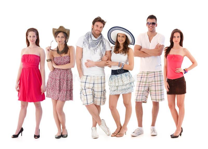 Agrupe o retrato de jovens na roupa do verão imagens de stock royalty free