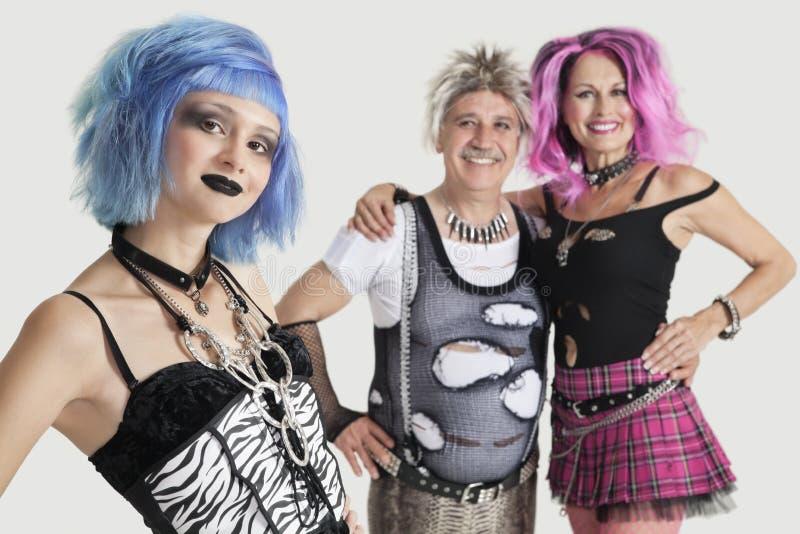 Agrupe o retrato do punk fêmea novo com os pares superiores que estão no fundo fotos de stock royalty free