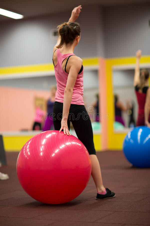 Agrupe povos no pilates classificam no gym fotografia de stock