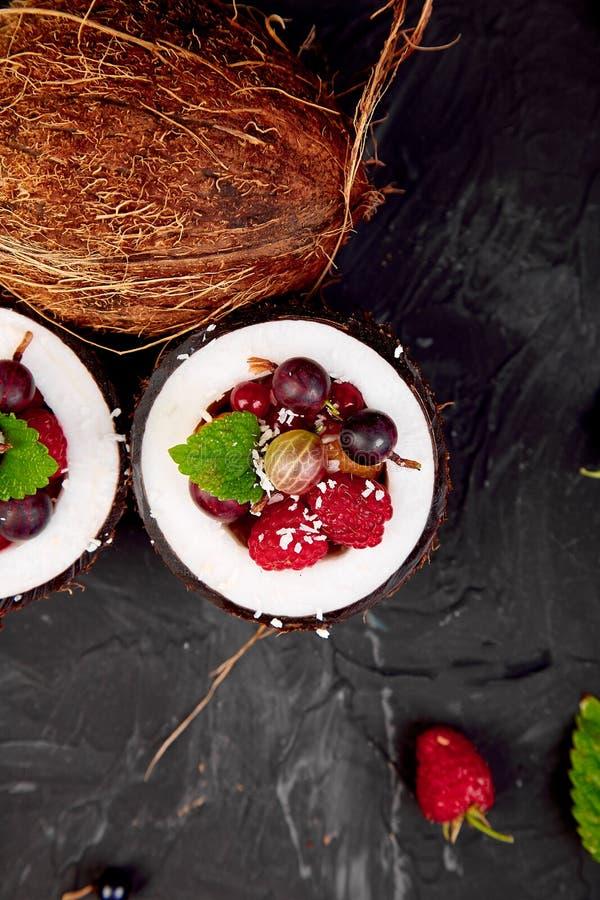 Agrus da salada de fruto, groselha, rasbberry na bacia do escudo do coco fotografia de stock