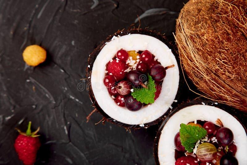 Agrus da salada de fruto, groselha, rasbberry na bacia do escudo do coco imagens de stock royalty free