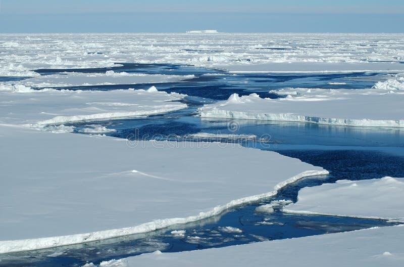 Agua abierta con hielo de paquete fotografía de archivo