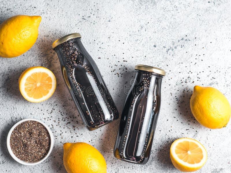 Agua activada Detox del limón del chia del negro del carbón de leña fotos de archivo libres de regalías