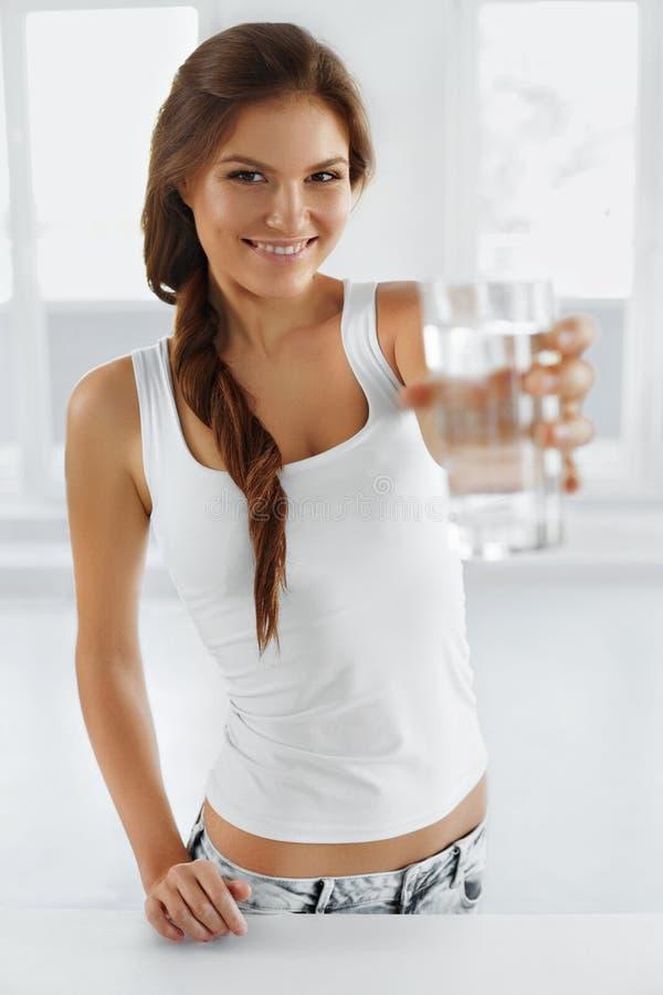 Agua Agua potable de la mujer feliz Forma de vida sana imagen de archivo