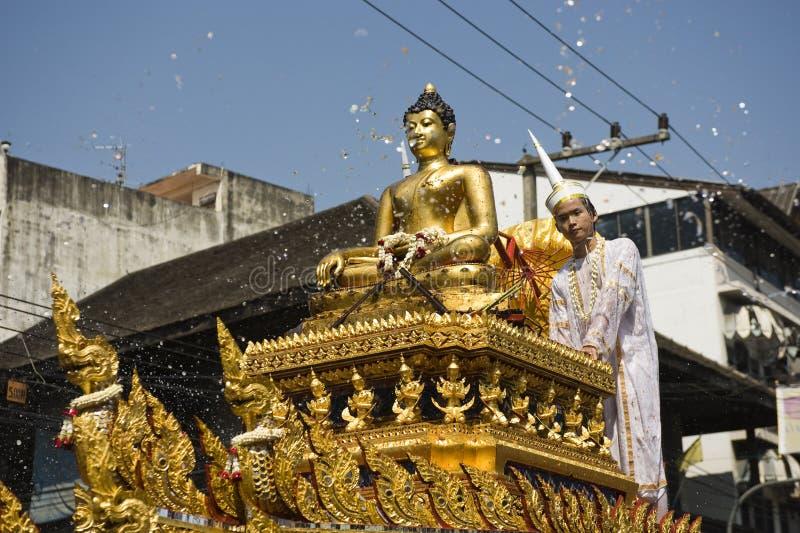 Agua alrededor de la estatua de buddha fotos de archivo