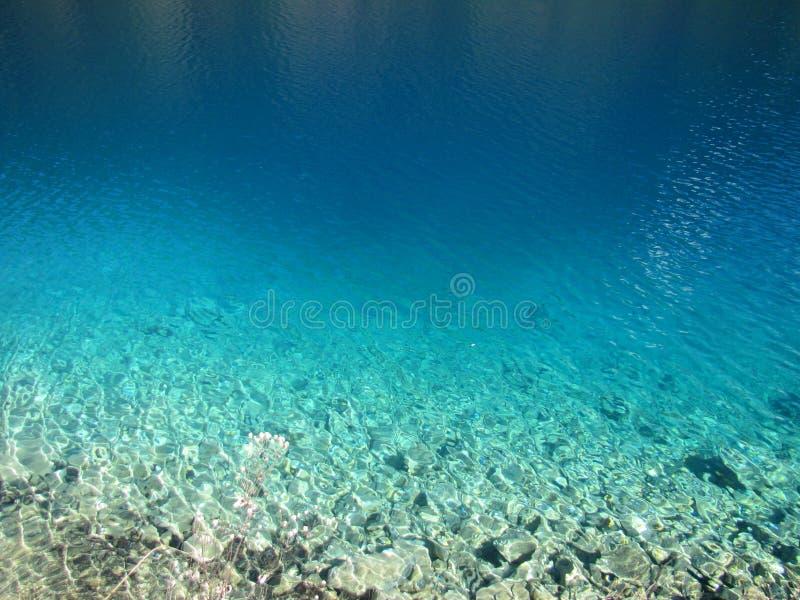 Agua azul clara en el lago de la provincia de Sichuan del parque nacional de Jiuzhaigou China imagenes de archivo