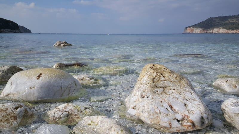Agua azul clara en la playa imágenes de archivo libres de regalías