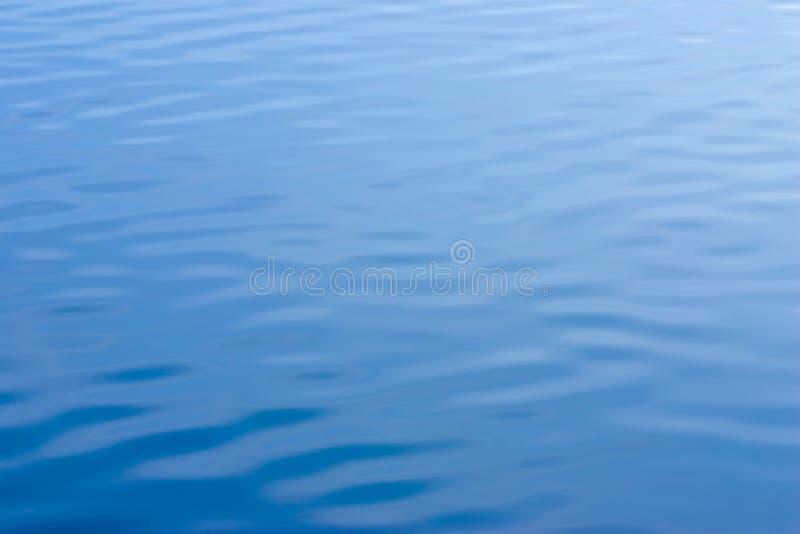 Agua azul con textura de las ondulaciones fotografía de archivo libre de regalías