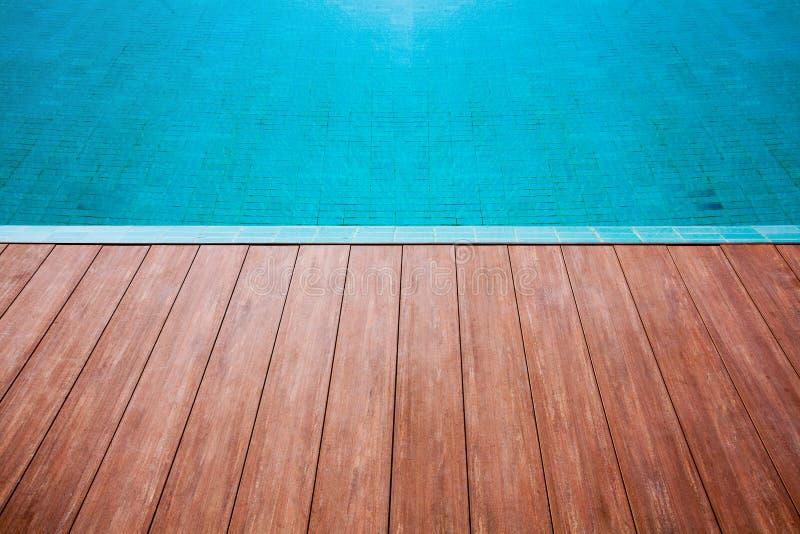 Agua azul de la terraza de la piscina imagen de archivo libre de regalías