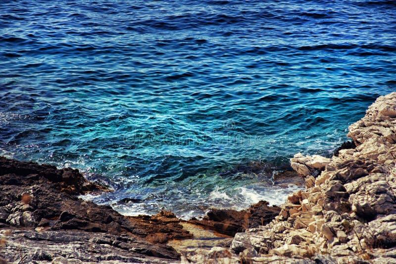 Agua azul del mar adriático imágenes de archivo libres de regalías