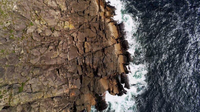 Agua azul profunda del océano y acantilados escarpados desde arriba imagen de archivo libre de regalías