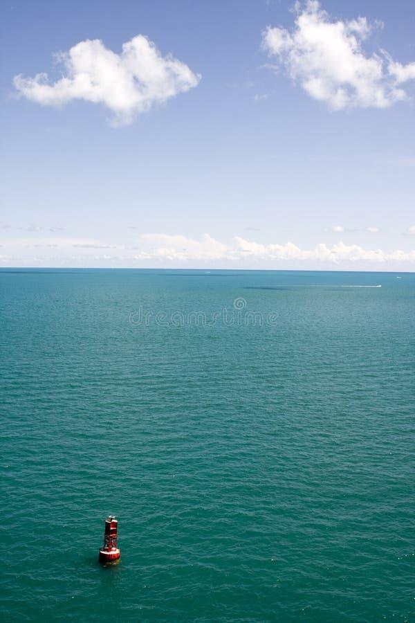 Agua azul tropical con la boya foto de archivo