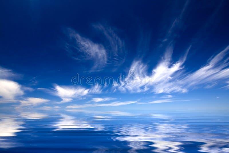 Agua azul y cielo foto de archivo