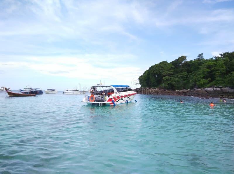 Agua azul y cielo en Tailandia fotografía de archivo