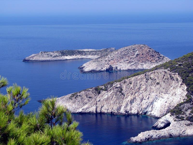 Agua azul y costa rocosa fotos de archivo libres de regalías