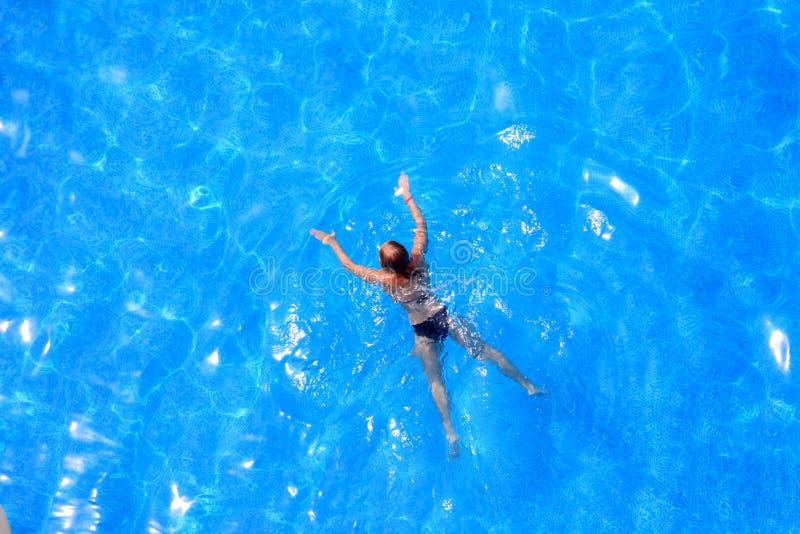 Agua azul y muchacha. imágenes de archivo libres de regalías