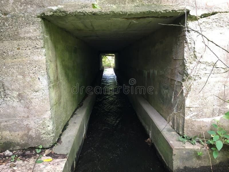 Agua bajo el puente foto de archivo